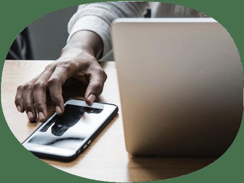 Hombre con movil y laptop